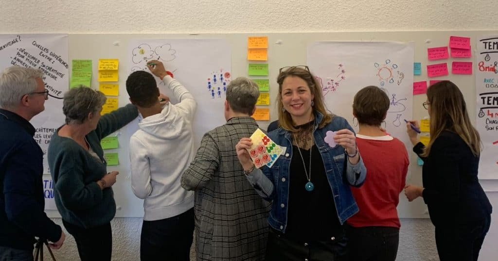 Emily Lefebvre, fondatrice d'Emy Digital et facilitatrice devant les participants en atelier Design Thinking