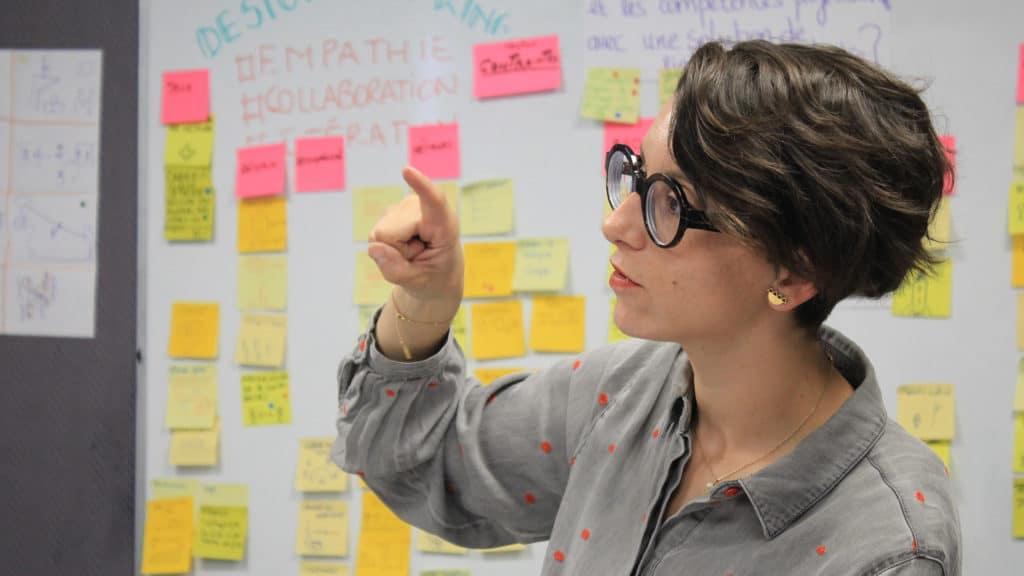 Membre de l'équipe EMy Digital devant tableau de recherche sur l'utilisateur